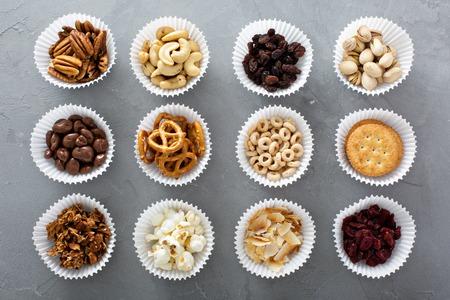 Verscheidenheid van gezonde snacks overhead schot op tafel te leggen Stockfoto