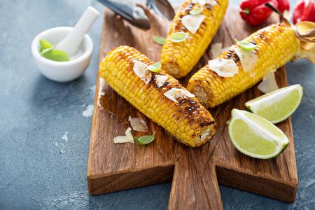Gegrillte Mais mit Chili und Parmesan Standard-Bild - 58898117