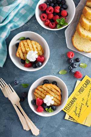Grilled pound cake with fresh berries for an oudoor summer party Imagens