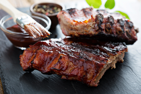 grilled pork: Nướng sườn heo em bé với nước sốt thịt nướng