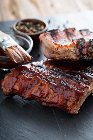 Gegrild varkensvlees Baby ribs met barbecuesaus