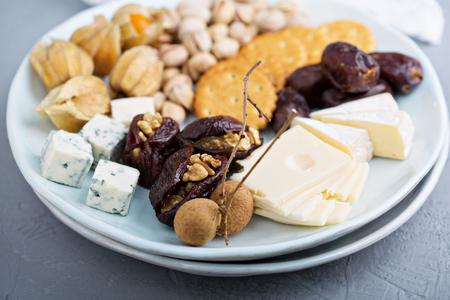 チーズの盛り合わせとクラッカー、ナツメヤシとナッツとチーズ プレート