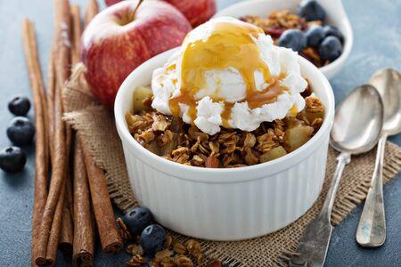 Croustade aux pommes avec crème glacée à la vanille - maison dessert automne