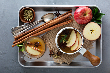 シナモン、星 anice カルダモンと暖かいアップル サイダー