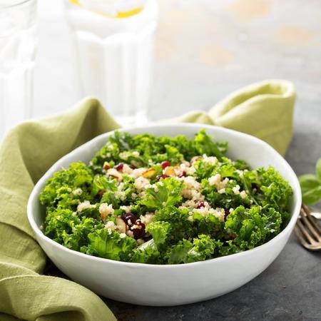 salade saine frais avec le chou frisé, d'amande, de canneberge et de quinoa