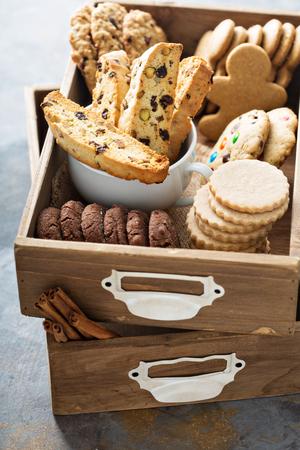 Verscheidenheid van koekjes voor Kerstmis in een houten doos Stockfoto