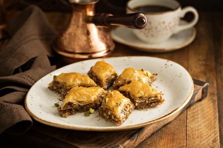 Zelfgemaakte baklava met noten en honing siroop Stockfoto