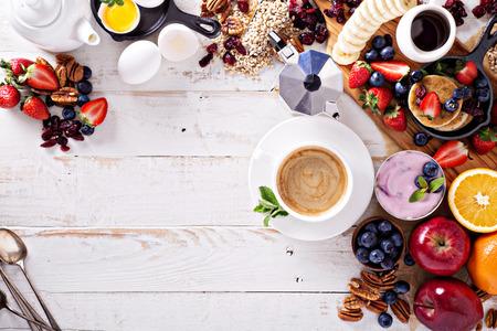 Ingredienti per la colazione luminosi e colorati sul tavolo bianco