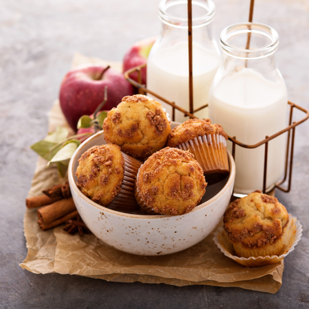 Apple cinnamon streusel muffins with milk bottles Imagens