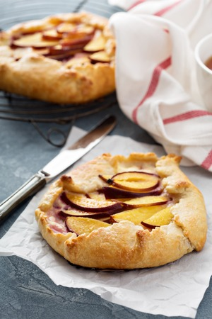 Open pie with plums and shortbread pastry Reklamní fotografie