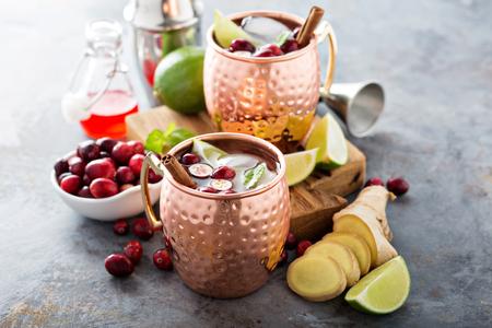 Winter-Moskau-Maultier-Cocktail mit Limette, Ingwer und Preiselbeere