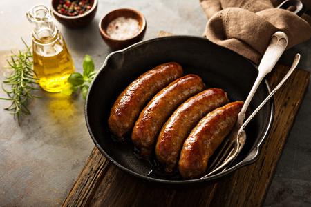 Saucisse maison aux herbes italiennes et fromage dans une poêle en fonte