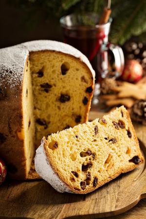 Pan dulce tradicional de Navidad con frutos secos Foto de archivo - 68640102