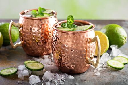 Cocktail de mule de Moscou à la citron vert et au concombre Banque d'images