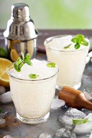 ice crushed: Verfrissende zomer cocktail met crushed ijs Stockfoto