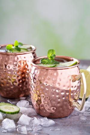 Cóctel de mula de Moscú con limón y pepino