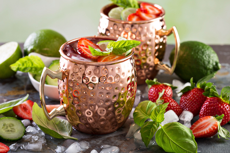 Moscow mule cocktail with lime and strawberry 版權商用圖片