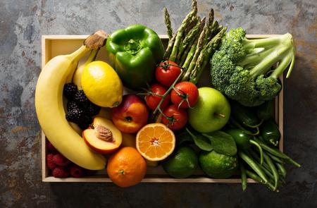 신선하고 다채로운 야채와 과일 나무 상자에