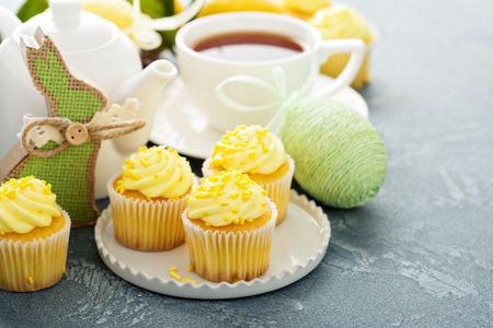 노란색 설탕 프로 스 팅과 레몬 컵 케이크