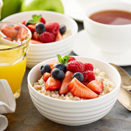 鋼は、朝食に新鮮な果実とオートミールのお粥をカット