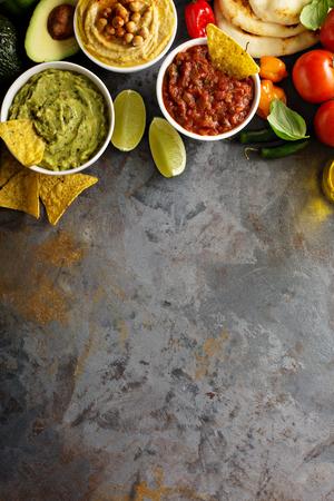自家製フムス、コーンチップと野菜のオーバー ヘッド ビューとワカモレ、サルサ