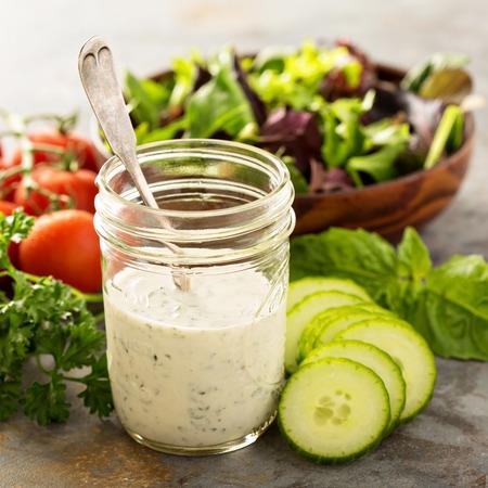 Vinaigrette maison ranch dans un bocal avec des légumes frais