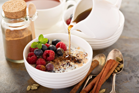 Quinoa pap met frambozen en bosbessen Stockfoto