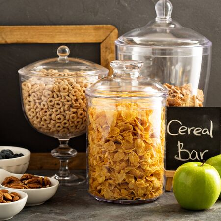 barra de cereal: Cereal bar or buffet wih cornflakes, fruit and nuts