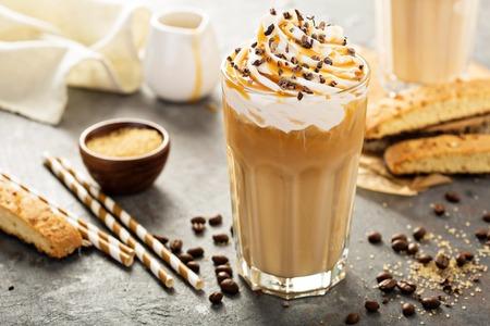 키가 큰 유리에 아이스 카라멜 라떼 커피 스톡 콘텐츠