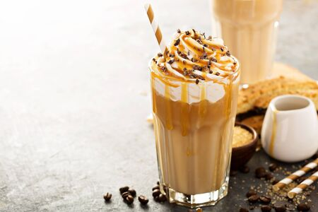 Iced caramel latte coffee in a tall glass Banque d'images