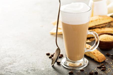 Warme koffie latte met biscotti koekjes Stockfoto