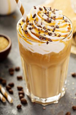 Café helado de latte de caramelo en un vaso alto Foto de archivo - 72497002