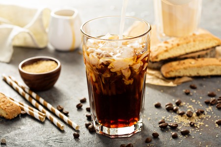 유리에 부어 아이스 커피 스톡 콘텐츠
