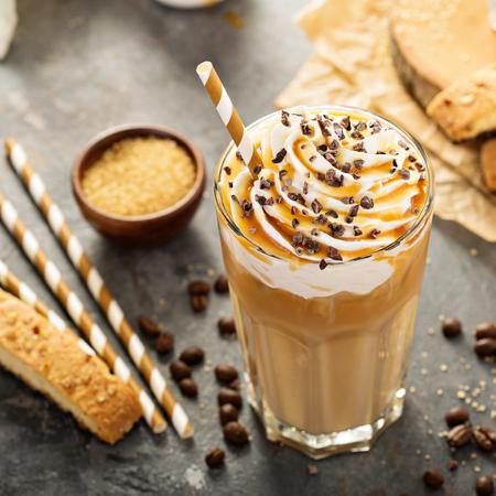 背の高いグラスにコーヒー キャラメル ラテ