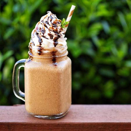 外のホイップ クリームをコーヒー チョコレート フラッペ