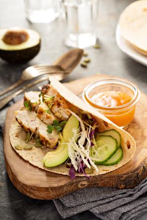 新鮮な野菜、グリルチキンとアボカドのタコスを作る 写真素材