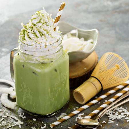 Bevroren matcha latte met kokosnotengeklopte room