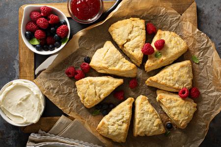 Vers gebakken zelfgemaakte scones met roomkaas Stockfoto
