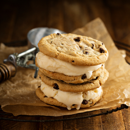 Ice cream sandwiches with nuts and caramel and chocolate chip cookies Imagens