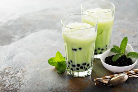 Matcha bubble tea met tapioca parels in hoge glazen Stockfoto
