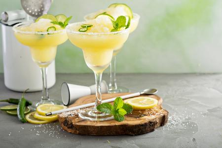Erfrischender Sommer-Margarita-Cocktail Standard-Bild