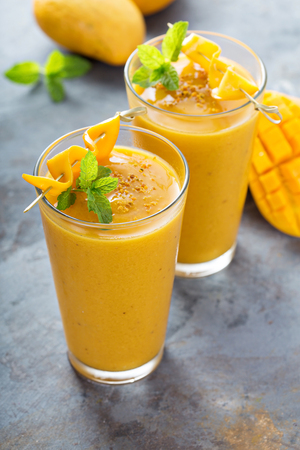 Refreshing and healthy mango smoothie in tall glasses 版權商用圖片