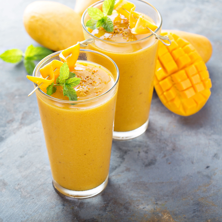 Refreshing and healthy mango smoothie in tall glasses 스톡 콘텐츠