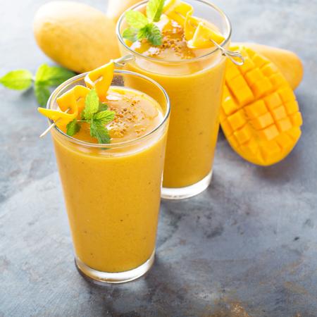 Verfrissende en gezonde mango-smoothie in hoge glazen