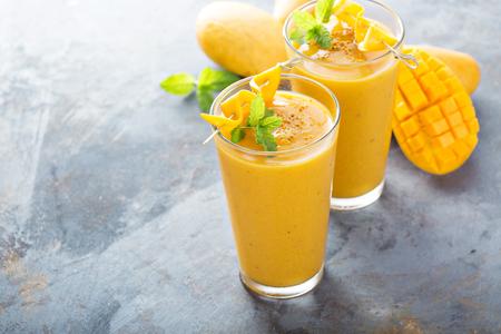 Verfrissende en gezonde mango-smoothie in hoge glazen Stockfoto - 81599858