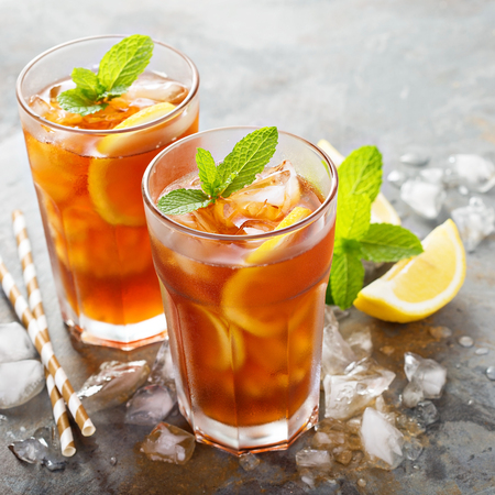 Traditional iced tea with lemon 免版税图像