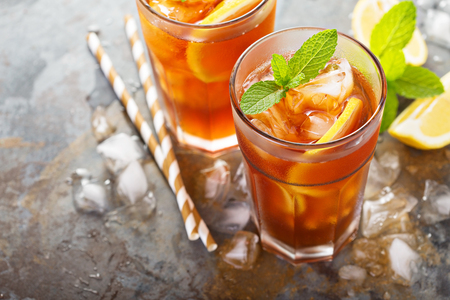Traditional iced tea with lemon Imagens - 81613621