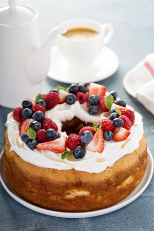 angel de la independencia: Angel pastel de alimentos con crema batida y bayas Foto de archivo