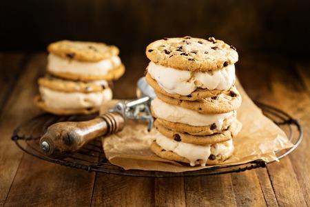氷のナッツとキャラメルとチョコレート チップ クッキーとクリームのサンドイッチ 写真素材