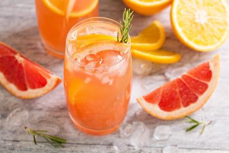 グレープ フルーツとオレンジと寒さとさわやかな柑橘系カクテル 写真素材